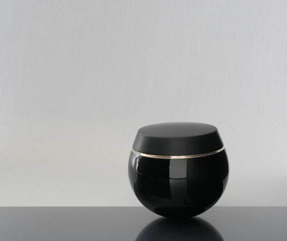 Casket with lid by Manfred Schmid, matte urushi lacquer, 18 cm in diameter URUSHI LAQUER PREVENTS RUST