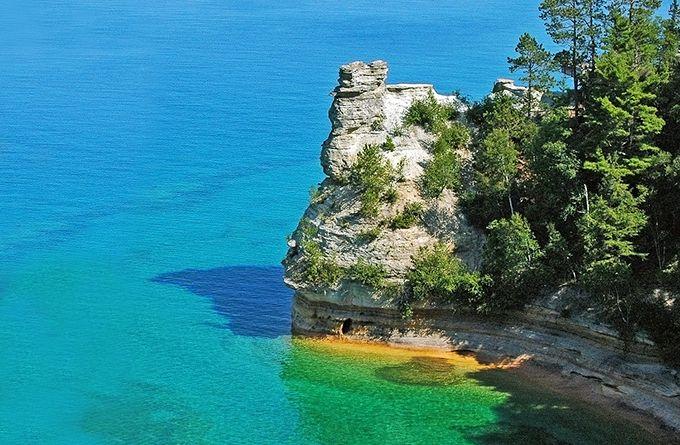 O lago Superior fica entre Ontário, no Canadá, e os Estados de Michigan, Minnesota e Wisconcin, nos Estados Unidos. Seu comprimento é de 563 km. - Os 10 maiores lagos do mundo | Catraca Livre