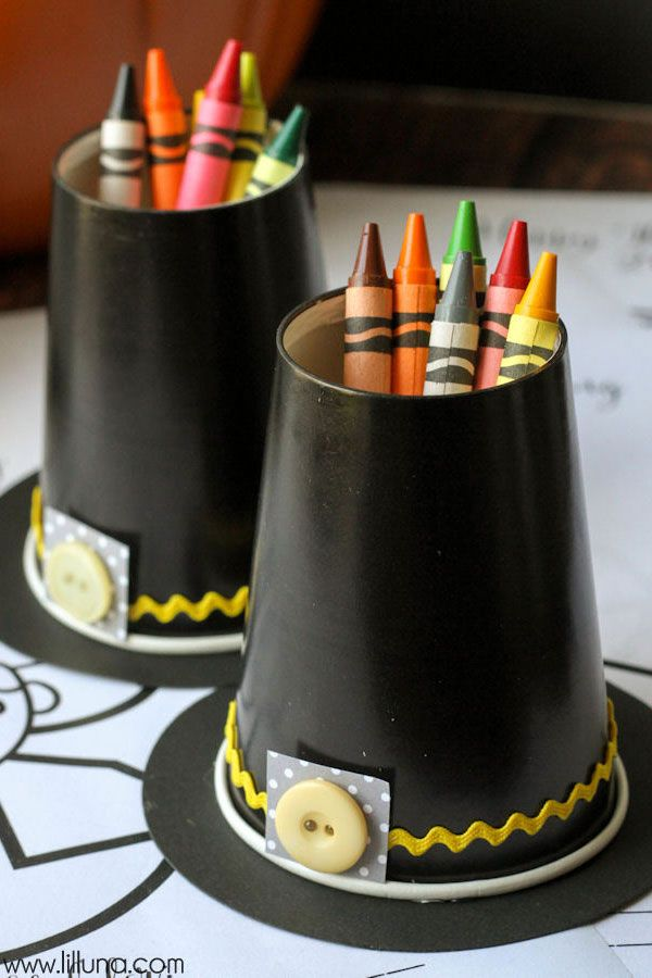 Kids will enjoy these pilgrim hat crayon cups to get creative on Thanksgiving.: