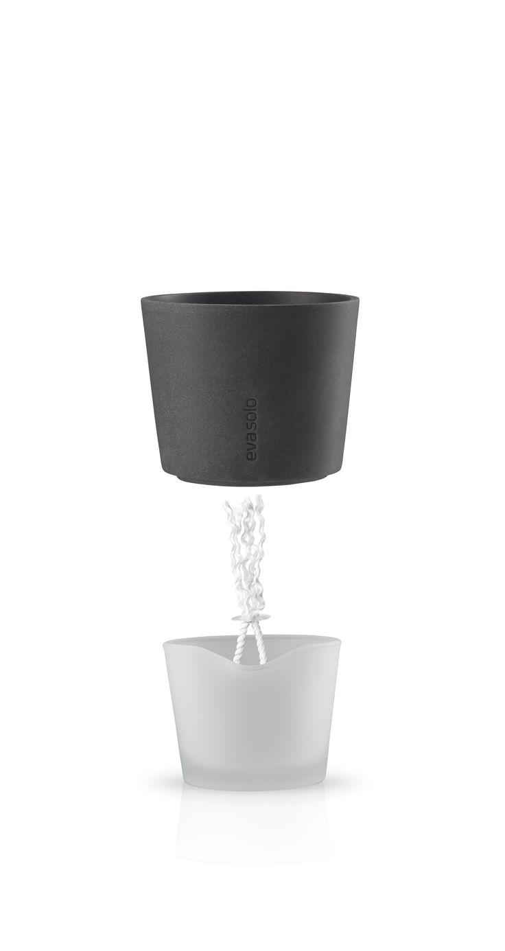 Selvvannende urtepotte fra Eva Solo gir planten mulighet til å forsyne seg med den mengden vann den trenger. Ved hjelp av entykk tråd som festes i blomsterjorden, suger planten opp vann fra potten.