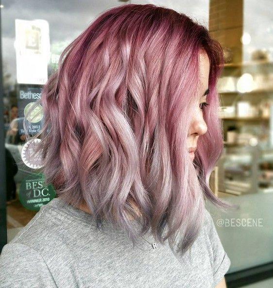 Alternatywne kolory włosów wciąż modne. Jednak ten trend zachwyca szczególnie…