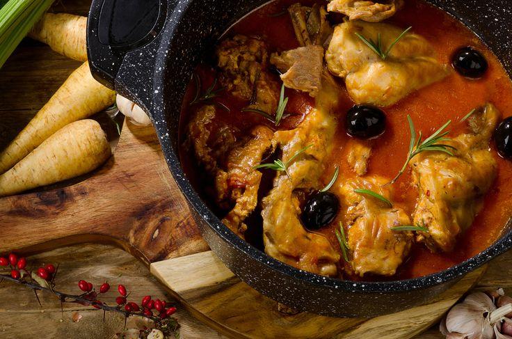 Ingredience: králík 1,5 kilogramu, mouka pšeničná hladká 1 hrnek, rajčata sterilovaná 300 mililitrů (krájená), rozmarýn 4 snítky, česnek 4 stroužky, ančovičky 4 kusy, olivy černé 1 hrst (s peckou), víno bílé 400 mililitrů (suché), olej olivový 4 lžíce, sůl, pepř.