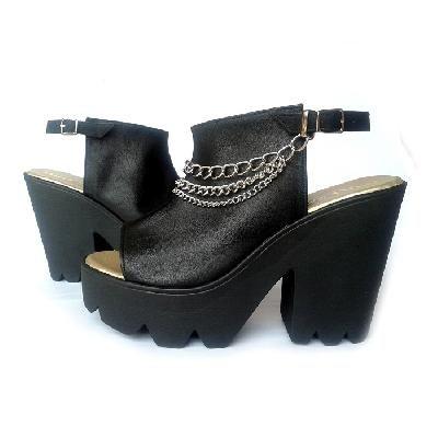 MULI, es una marca de calzado muy original, que además de ser modernos, versátiles y cool, ofrecen la posibilidad  de renovarlos según la ocasión en la que vayas a usarlos. Cómo dice su diseñadora Marcia Quiroz, los zapatos MULI, se pueden custumizar según cada necesidad. Esto se logra gracias a accesorios móviles que vienen con cada par y que te permiten crear tu propio estilo.