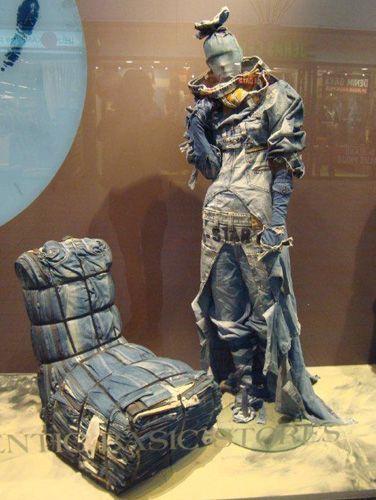 escaparate de sillón hecho con vaqueros, visual merchandising denim