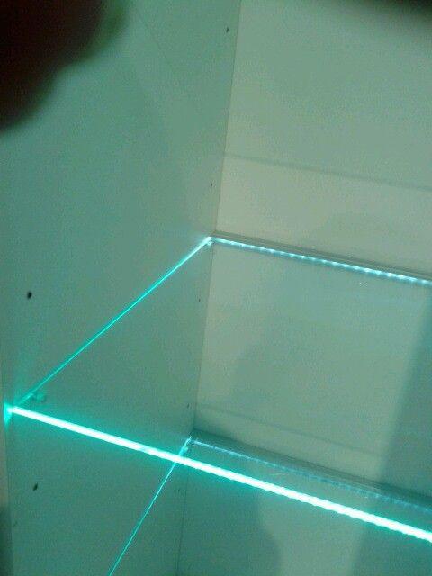 detalles de luz led en tablillas de vidrio dentro de las alacenas de las