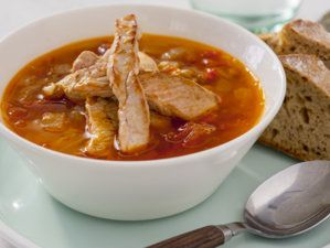 Hot linsesuppe med strimlet svinekjøtt
