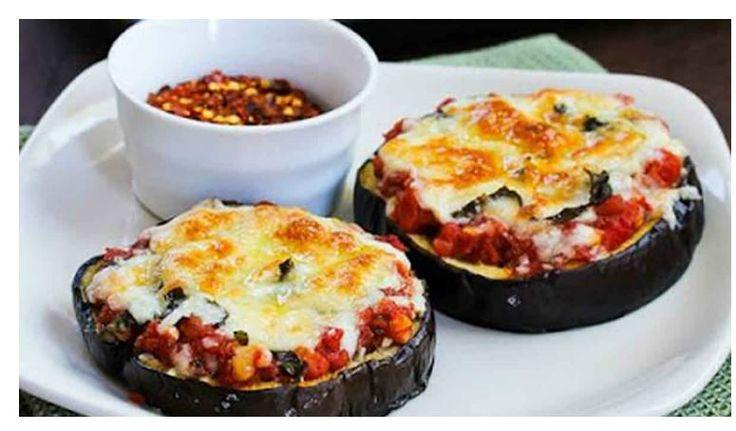 Просто и быстро: на баклажан тушеные помидоры, перец, лук, кабачки тоже, я думаю, можно. В духовку и затем ещё сыр.