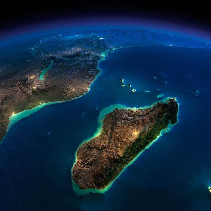 Une série de magnifiques et impressionnantes photographies de la NASA, qui nous dévoile la beauté nocturne de la Terre vue de l'espace. Des superbes images de notre planète dans lesquelles l'on distingue les villes et les reliefs, prises au dessus de l'Europe, du Japon, de Madagascar, des Etats-Unis ou encore de l'Amérique du Sud. Les photos en haute définition sont retravaillées en utilisant différentes techniques, permettant entre autre une exagération verticale du relief basée sur un…