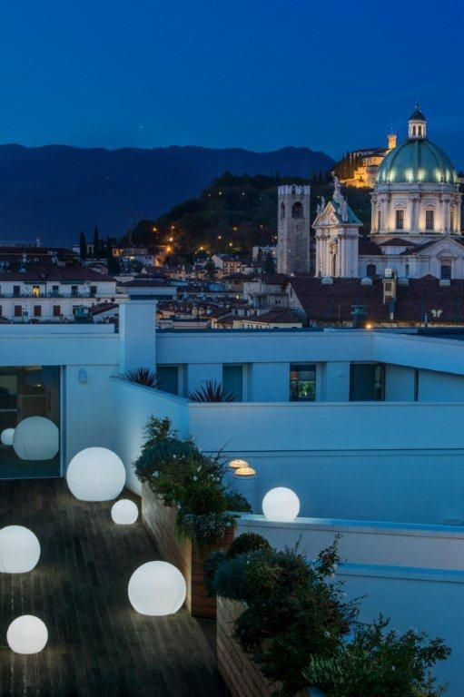 La vista dalle terrazze di sera brescia palazzonovecento duomo castello