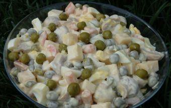 Салат с зеленым горошком и маринованными грибами- это зимний салат, потому что ингредиенты, из которых он состоит, чаще всего присутствуют в нашем рационе именно в холодное время года. Это маринованные грибы и овощи, а так же сыр и яйца. Простое и вкусное сочетание.