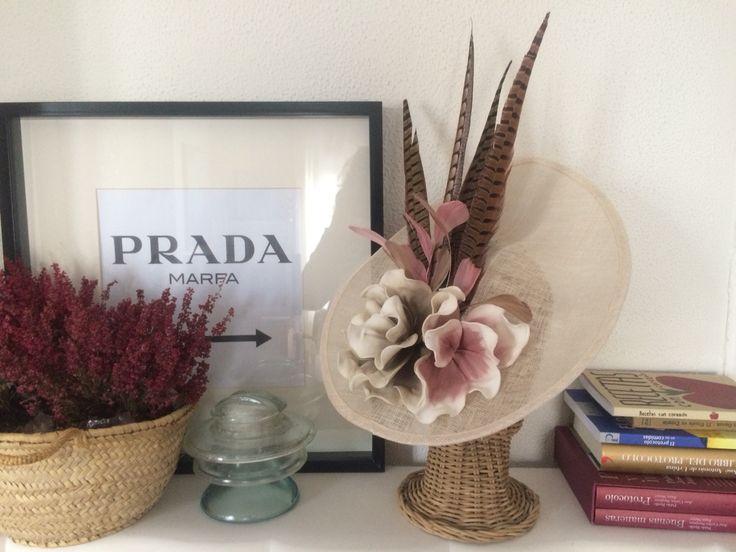 Pamela con flores rosa nude y topo y plumas de faisan #caridenicolasTocados #tocados #pamela #invitadaperfecta #invitada10 #lookdeinvitada www.caridenicolas.com