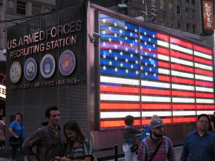 Dit opvallende gebouw op Times Square is het US Armed Forces Recruiting Station. Je kunt je hier aanmelden voor army, navy, air force en marines.
