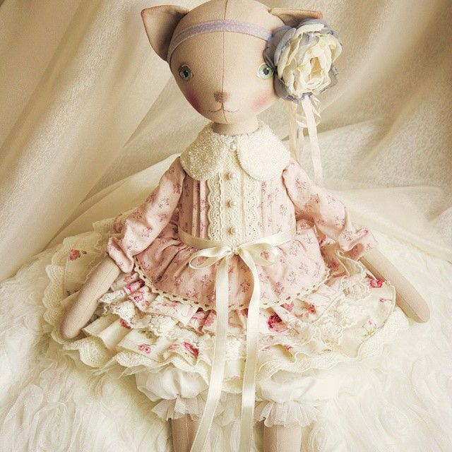 Love the ruffled dress and flower
