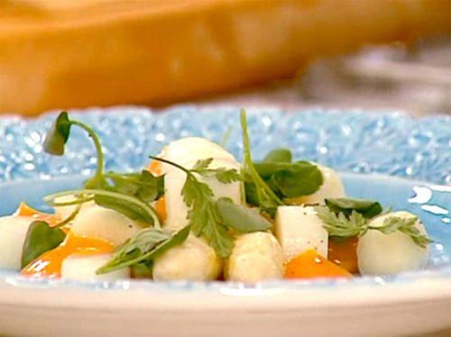 Inkokt vit sparris i suröl med kräm på äggula, krispigt surdeg och libbsticka | Recept från Köket.se
