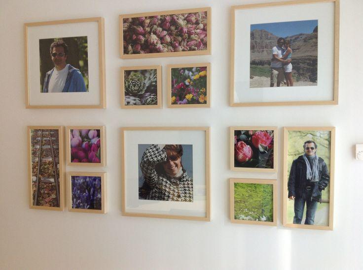Pared con composicion de fotos personales y fotos de - Composicion marcos pared ...