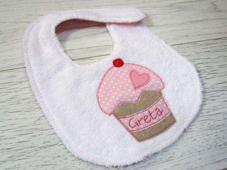 Bavaglini con muffin e nome ricamato a mano - personalizzato, by ideedistoffa.com, 12,00  su misshobby.com