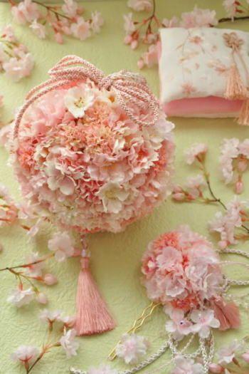 ◆◆◆春に挙式をする花嫁だけが持てる◆◆◆特別な桜のボールブーケ◆◆◆シルクフラワーでつくりましたこのところ和装の結婚式を望むカップルが増えています。それに合わせて、着物や小物髪飾りなども新しいアイテムが続々登場しています。そのひとつが和装用ブーケ