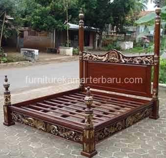 Tempat Tidur Ukir Jati Jepara salah satu produ furniture kama yang dibuat atau tenaga tukang dari pengrajin wijaya jati mebel yang menghasilkan produk furniture kamar yang berkualitas dengan harga yang bersahabat