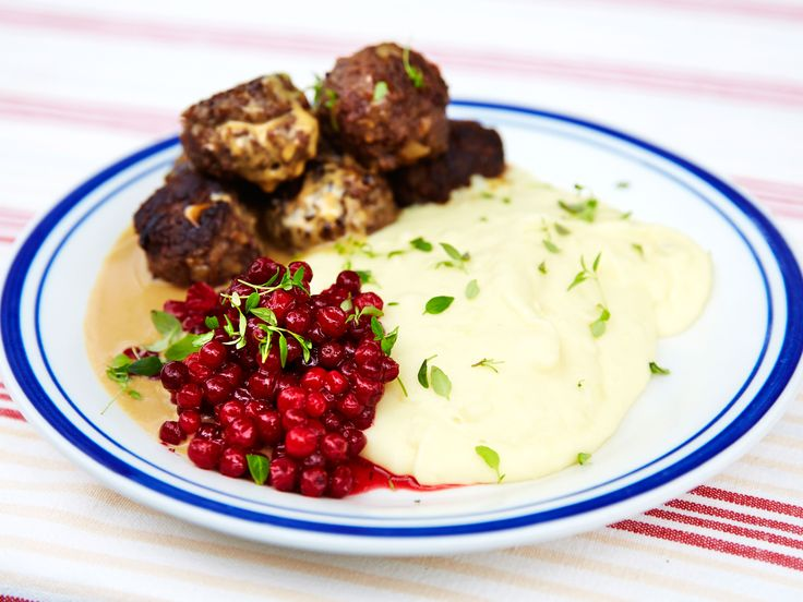 Grindtorps köttbullar med mandelpotatismos och rårörda lingon | Recept.nu