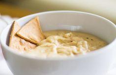 MOLHO DE QUEIJO Ótimo para acompanhar carne vermelha, peixe, doritos, massas e legumes como o brócolis ou couve-flor depende do queijo escolhido. Para acompanhar doritos queijo tipo cheddar. Para a carne vermelha um queijo mais forte como o Roquefort ou Gorgonzola. Para fazer: derreta a mesma quantidade de manteiga e farinha numa panela, coloque um copo de leite, tempere e por fim o queijo escolhido, ralado. Deixe fundir, mexa com um fouet e pare o cozimento quando a consistência agradar…