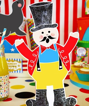 I would so print out this guy and keep him in my house year round. Adorable ringmaster printable!!!!