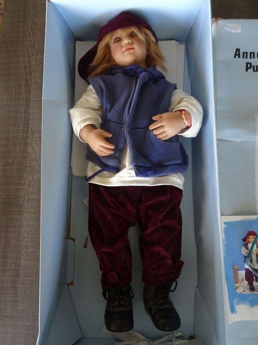 """Annette Himstedt Oscar limited edition pop 221/1013 puppen kinder doos en certificaat  Annette Himstedt.Mooie Oscar pop gemaakt van celluloid grijze glazen ogengekleed in een baseballcap trui en jas velours broekje en leren laarzen.pop in zijn vaklengte: 62 cmJaar 1998Genummerde 221/1013Vak in gemiddelde staat zie foto's certificaatwordt geleverd met een paar glazen van """"Italiaans design""""  EUR 1.00  Meer informatie"""