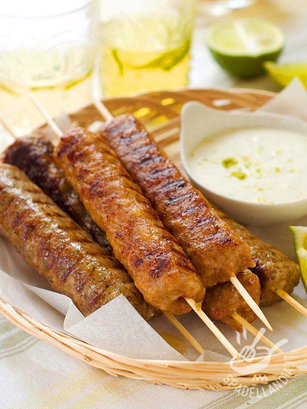 Spiedini di kebab con yogurt al lime sono delle ottime preparazioni turche conosciute anche come kofta kebab. Un piatto etnico davvero squisito!