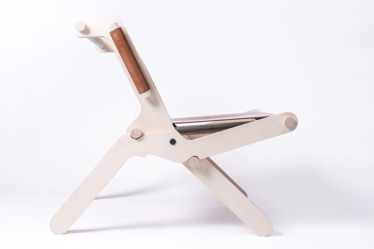FEINFRACHT® Klappstuhl - Ein klar ablesbarer Mechanismus und eine archaische Konstruktion, kombiniert mit natürlichen Materialien wie Holz und Leder, geben diesem Sessel einen eigenständigen Charakter. Der Klappstuhl präsentiert sich einfach, ist ein Möbel für den flexiblen Gebrauch.