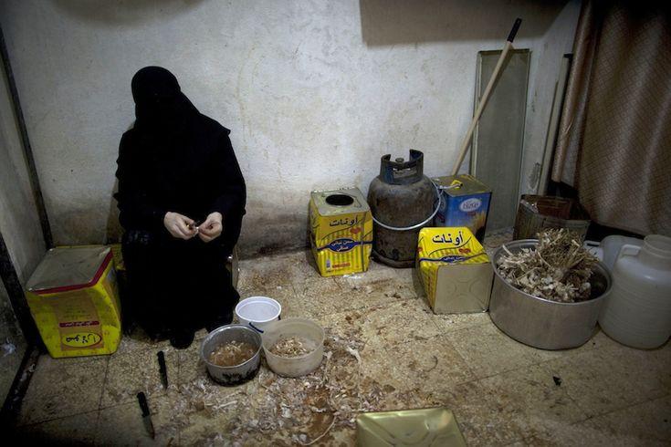 Siria Una donna prepara il cibo per l'iftar – la cena con cui i fedeli interrompono il digiuno durante il Ramadan – per i poveri nel quartiere di Bustan al-Qasr ad Aleppo, 11 luglio 2013. (JM LOPEZ/AFP/Getty Images)