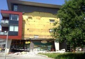 8-Jun-2013 15:11 - GEVEL DRACHTEN KOMT NAAR BENEDEN. In Drachten is een zijgevel van een gebouw vanmiddag gedeeltelijk naar beneden gekomen. Het metselwerk is van de gevel gevallen. Er zijn geen gewonden. Het is een appartementengebouw van twee lagen bovenop een winkelcentrum, zegt de politie. Het gevallen stuk muur is ongeveer 10 bij 10 meter en ligt in puin op de grond. De supermarkt die direct onder het flatgebouw zit, werd na de instorting gesloten en ontruimd. De Jumbo is inmiddels...