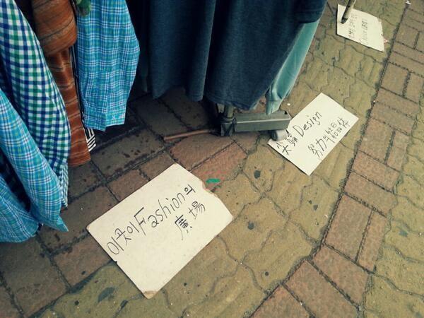 신스키 @SINxSKI / 길거리에서 옷파는뎈ㅋㅋㅋㅋsentimental한 fashion의 trend 이런거 써져있고 앜ㅋㅋㅋㅋㅋㅋ혼자 한참웃었네 / #골목 #거리 #장사 #길바닥 #글자들 / 2013 04 28 /