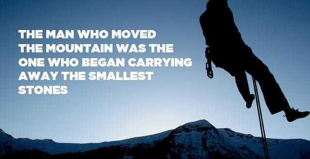 حكمة الشخص الذي تسلق الجبال بدأ بإزاحة الصخور الصغيرة Photo