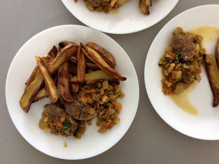 Kančí maso na cibuli, mrkvi a fenyklu s hranolkami