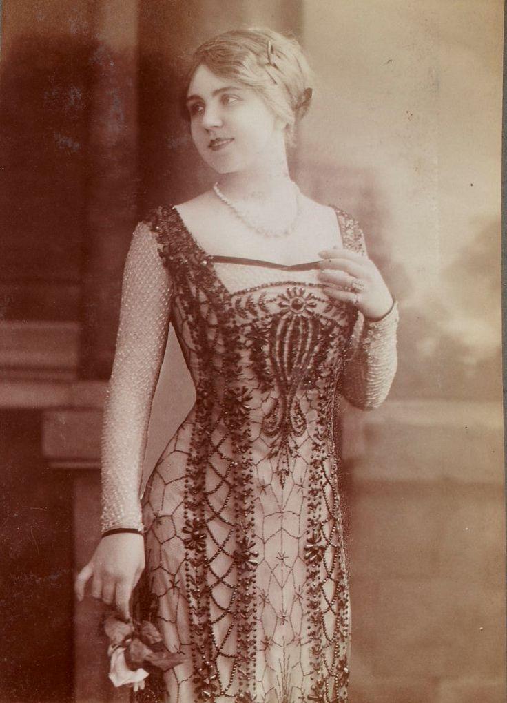 Autour de 1900, les demi-mondaines, dont l'image est abondamment diffusée par la photographie, deviennent les meilleures alliées des couturiers.
