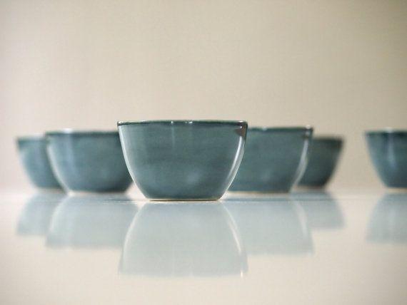 Steengoed Cup handgemaakt aardewerk, donker blauwe teal geglazuurd. Keramische…