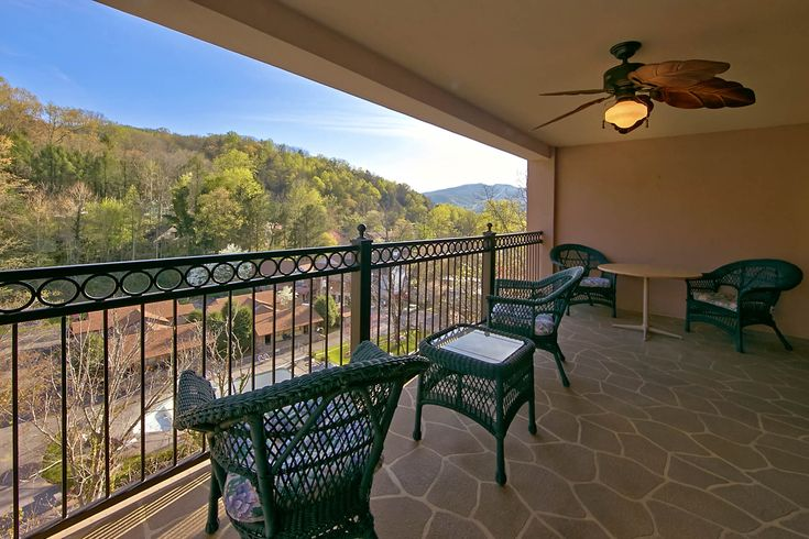 Luxury 2 bedroom condo - Gatehouse Condo 704 - 1 mile from downtown Gatlinburg