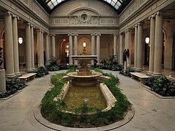 La Colección Frick es uno de los museos de arte más importantes de Nueva York.  La mansión del magnate del acero Henry Clay Frick, una enorme casa de 16 habitaciones increíblemente decoradas. La mansión fue construida entre 1913 y 1914. Desde la muerte de Frick, en 1919, la colección se ha ampliado tanto en tamaño como en número de obras.En cada sala encontraréis cuadros y esculturas de artistas tan conocidos como Vermier, Bellini, Goya, El Greco o Rembrandt.