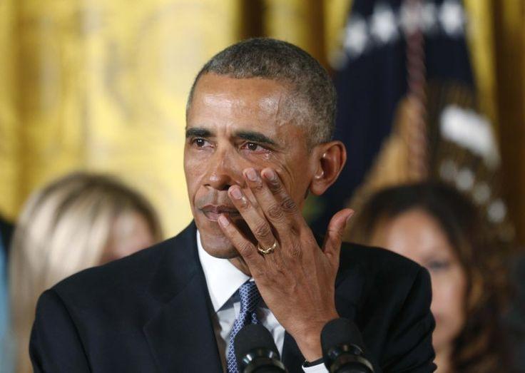 【ワシントン西田進一郎】オバマ米大統領は5日、ホワイトハウスで演説し、銃販売の規制を強化する包括的な対策を発表して国民に理解を求めた。オバマ氏は「議会の動きを待てない」として、全ての銃販売業者に免許の取得と購入者への身元調査を義務づけることなどを議会の承認が必要ない大統領権限で実施すると説明。銃乱射事件の被害児童などに触れ、涙を流しながら銃規制強化の必要性を訴えた。