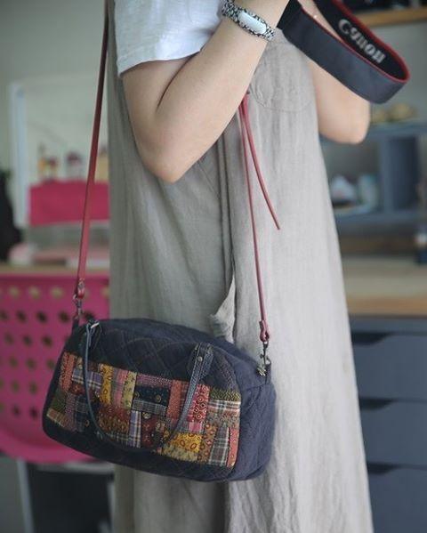 . . 더위와 싸우면서 여름 시작하면서 만든 가방... 곰방 가을이 올꺼 같으다... #quilter #quilts #quilt #quilting #퀼트#바느질스타그램 #퀼트스타 # #핸드메이드스타그램#fabric#숄더백 #토드백 #퀼크가방##shoulderbag #quiltbag