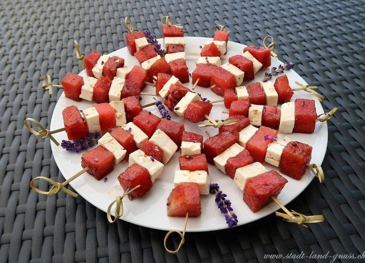 Gesunde Apéro-Spiesse mit Feta, Wassermelone und Lavendel. Rezepte für frische Sommerhäppchen.