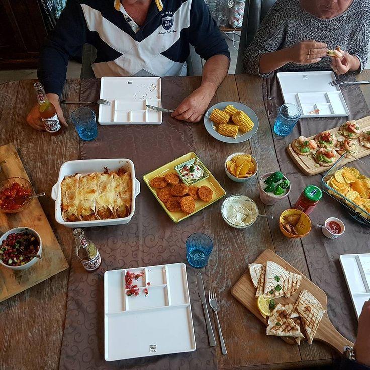 No more boring meals! Mexicaanse avond, wat was het een feest. Dit stond er op het menu; pico de gallo (tomatensalade), granaatappel-salsa, garnalen-avocado tostado's met gekonfijte tomaten en granaatappel-limoen mayo op gefrituurde tortilla's, krabburgers met seasoning mix voor crispy chicken en ranchdip, quesadilla's met geitenkaas, enchilada's pulled chicken met seasoning voor enchilada's, guacamole, home made chips van tortilla's en maiskolven met limoenboter. #verrasmettexmex…