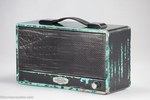 Inspired by 80's punk rock the TIMBRE relic black has  the used and worn look like your favorite pair of jeans. This TIMBRE  has the  mojo of an  instrument that's been on tour for years. The worn  finish, aged  parts and dense black colouring with turquoise highlights  give it a true rock feel.