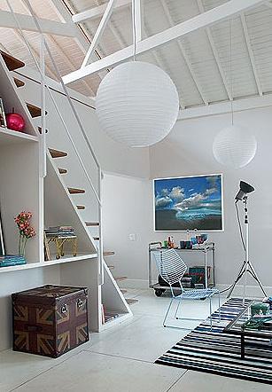 Para ampliar o pé-direito, que ficou com até 6 m na cumeeira, a designer de interiores Carol Ferreira expôs as tesouras do telhado, ao refazê-lo, e pintou tudo de branco