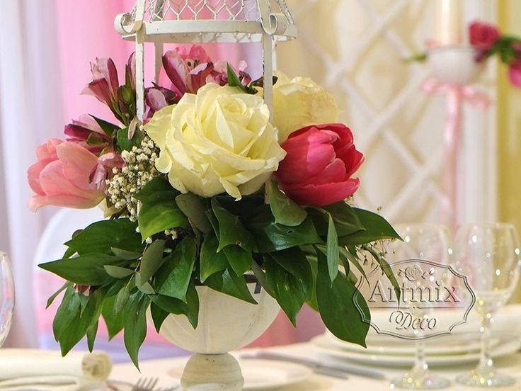 Нежные цветы на столе оформлении молодожен