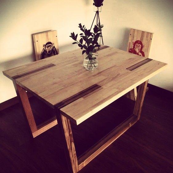 Mesa del comedor Piel de abeja con la superficie en madera de pino, acompañada de dos silla micos.