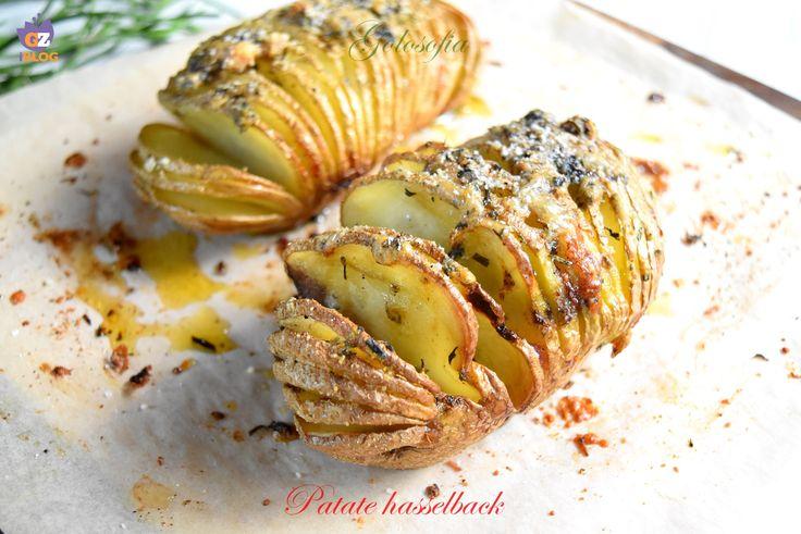 Patate hasselback, gustosissime patate a ventaglio, arricchite da un trito di aromi e formaggio, che le rende uniche e speciali.