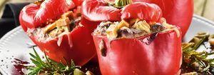 Paprika mit Auberginenmus und Tofu gefüllt, mit Parmesan überbacken und grüner Olivensalsa