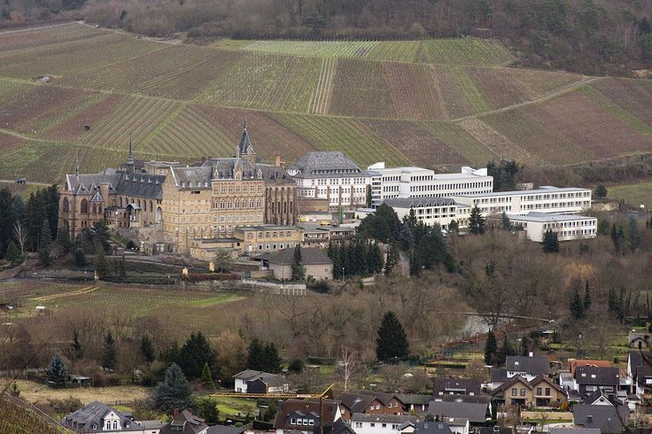 Kloster Calvarienberg Bad Neuenahr-Ahrweiler Das Bild (aufgenommen vom Silberberg, etwas überhalb des Regierungsbunkers) zeigt die Klosteranlage, welche das Gymnasium als auch die Realschule umfasst.