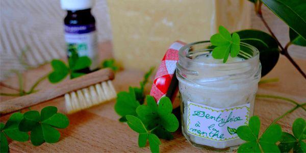 Recettes maison, dentifrice solide ou huile de coco, il existe de nombreuses alternatives naturelles au dentifrice du commerce. Il suffit de connaître les ingrédients et de bien savoir les utiliser pour garder une hygiène bucco-dentaire saine.