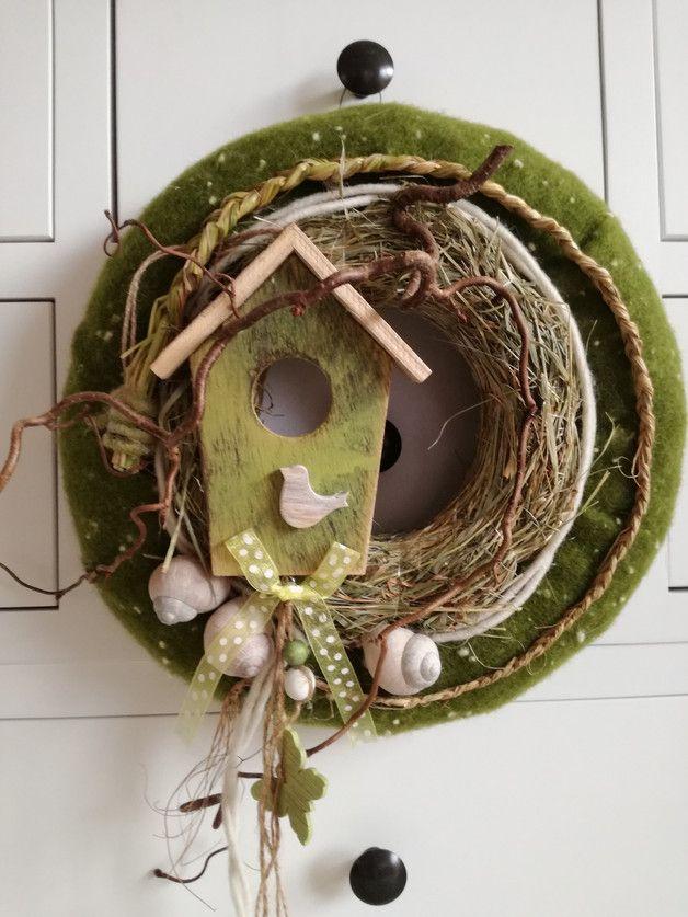 Der Frühling liegt in der Luft , verschönern Sie Ihr Heim mit diesem zauberhaften Kranz! Dieser elegante Kranz ist aus einem Rohling mit 30 cm Durchmesser gefertigt. Verwendet wurde echter...